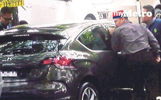 PENGUAT Kuasa JAIS memeriksa kereta dan menyoal siasat suspek.