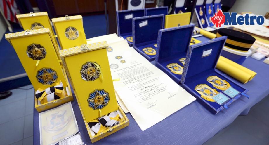 Antara barang rampasan termasuk sijil dan pingat. FOTO Mohd Azren Jamaludin