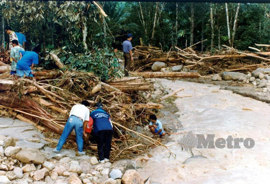 PENDUDUK turut sama mencari mangsa di Perkampungan Penempatan Orang Asli Pos Dipang, Kampar. FOTO NSTP