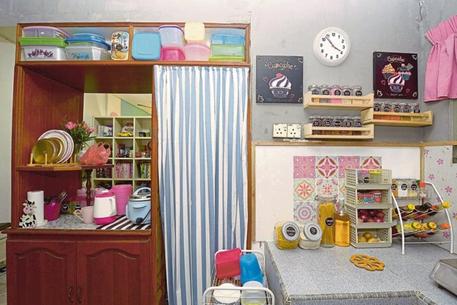 PANDAI bertukang apabila menggantikan ruang memasak dengan binaan kayu.