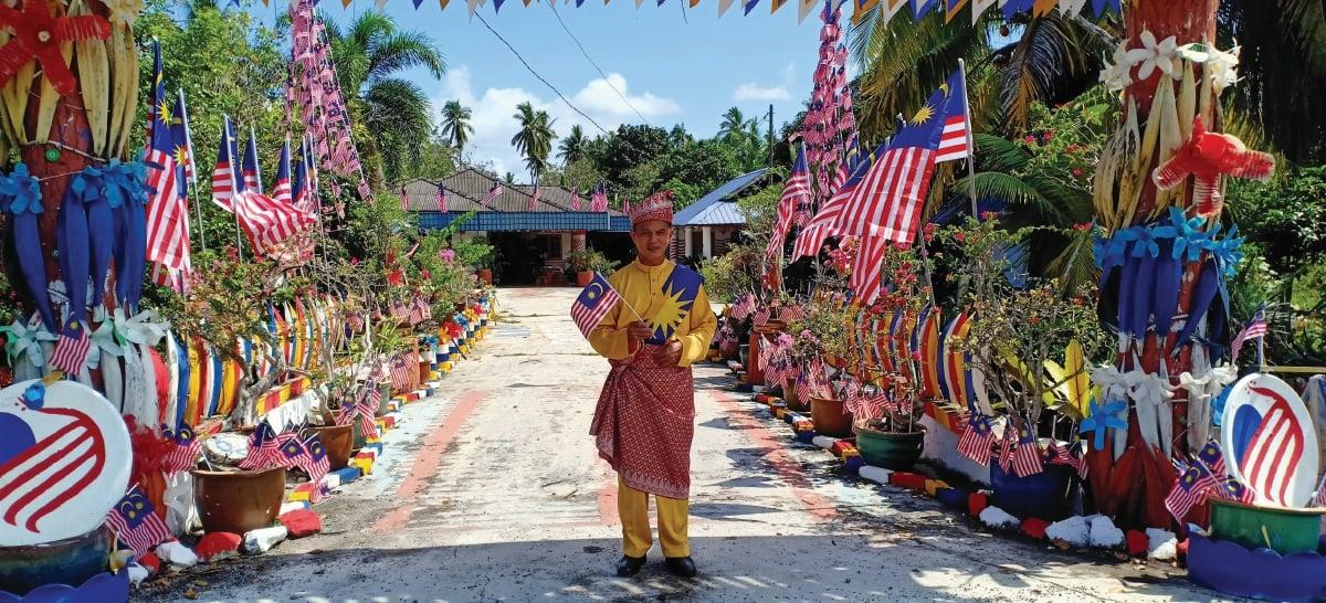 AZLI dari Kampung Tebuk Mufrad kreatif menghias laman rumah dengan bahan buangan sempena sambutan kemerdekaan.