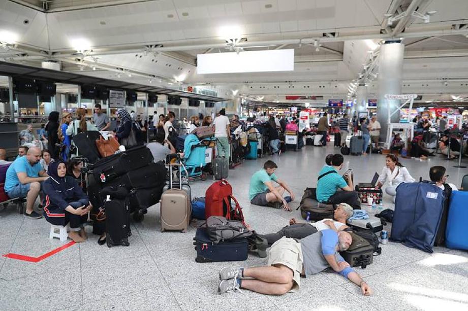 Ribuan penumpang terkandas di Lapangan Terbang Antarabangsa Atartuk, Istanbul, yang ditutup Sabtu lalu, lapangan terbang ketiga paling sibuk di Eropah. - Foto EPA