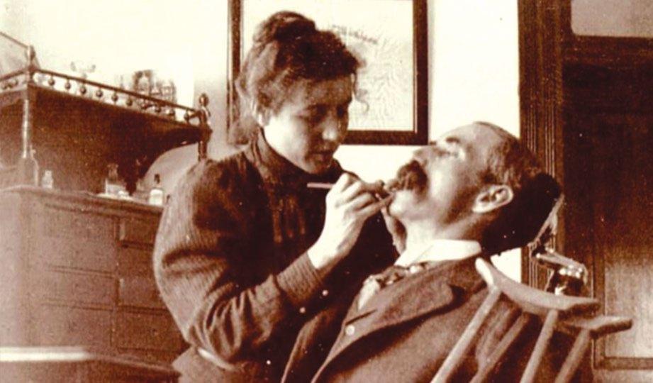 GRADUAN tunggal pergigian wanita dari Universiti Michigan pada 1896, Jessie Castle La Moreaux, mencabut gigi pesakitnya.
