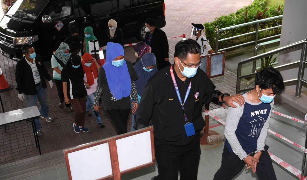 SERAMAI tujuh orang warganegara Indonesia dan Filipina yang terdiri dari enam perempuan dan seorang lelaki dihadapkan di Mahkamah Majistret Shah Alam atas kesalahan menggunakan kad pengenalan palsu dan kad pengenalan milik orang lain. FOTO BERNAMA