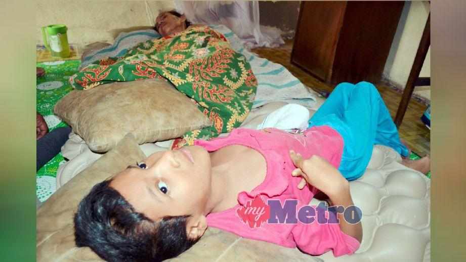Norfitrah dan Zauyah hanya terlantar di tempat tidur dan terpaksa bergantung pada saudara bagi menguruskan diri di Permatang Haji Hassan, Tasek Gelugor. FOTO Zulfa Mohamad