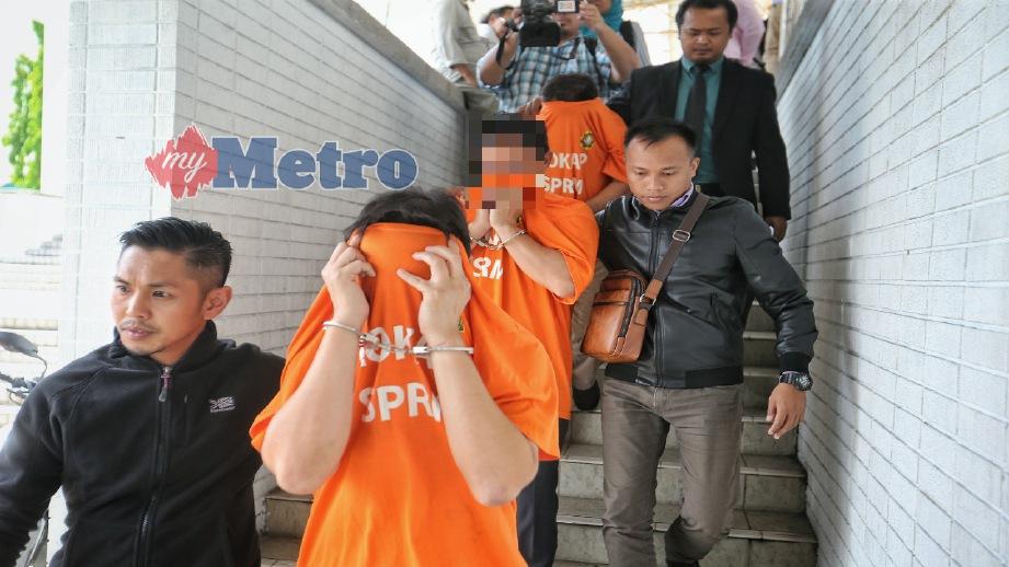 PEGAWAI SPRM membawa tiga daripada empat individu yang ditahan untuk mendapatkan reman di Mahkamah Majistret Kota Kinabalu, hari ini. FOTO/VIDEO Khairull Azry Bidin