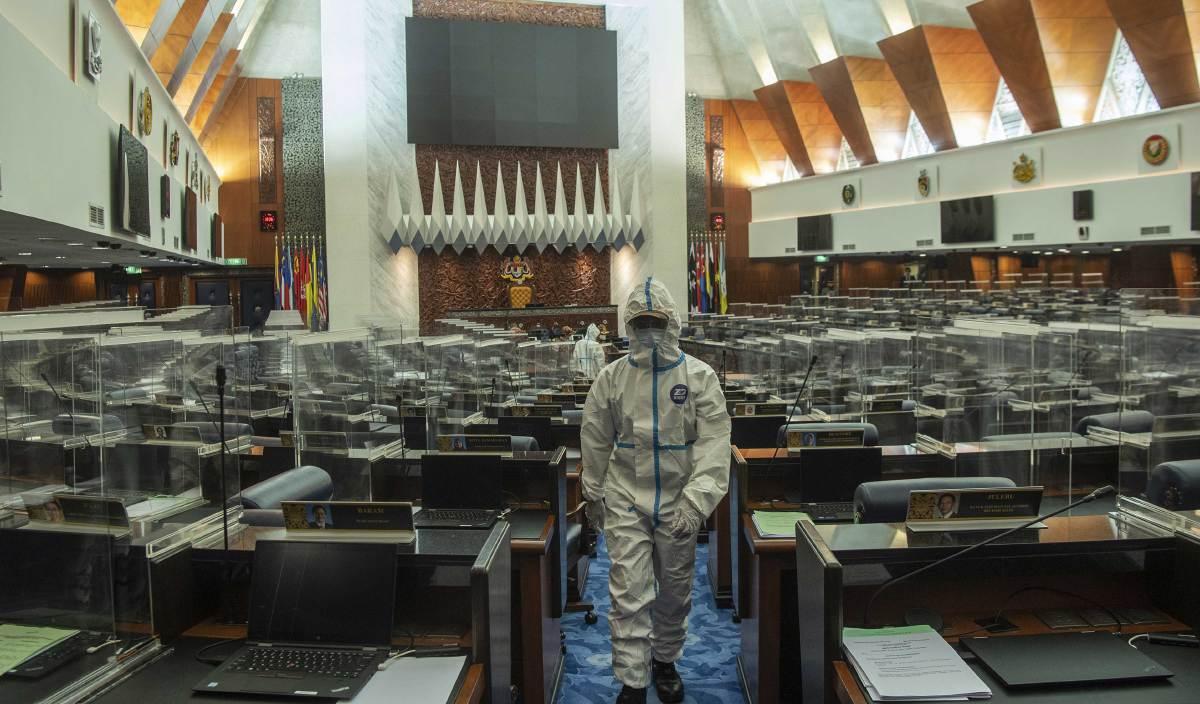 MESYUARAT Khas Penggal Ketiga Parlimen ke-14 bagi Dewan Rakyat  terpaksa ditangguhkan berikutan berlaku penularan jangkitan Covid-19 di bangunan Parlimen. FOTO BERNAMA