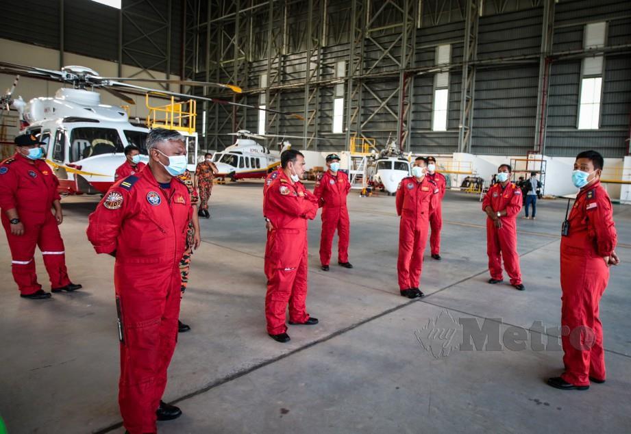 ANGGOTA Unit Udara Jabatan Bomba dan Penyelamat menerima taklimat sebelum memulakan tugas di hangar UniKL MIAT Subang. FOTO ASYRAF HAMZAH