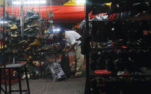 WARGA Bangladesh berniaga pakaian terpakai di Lorong Haji Taib, Chow Kit.