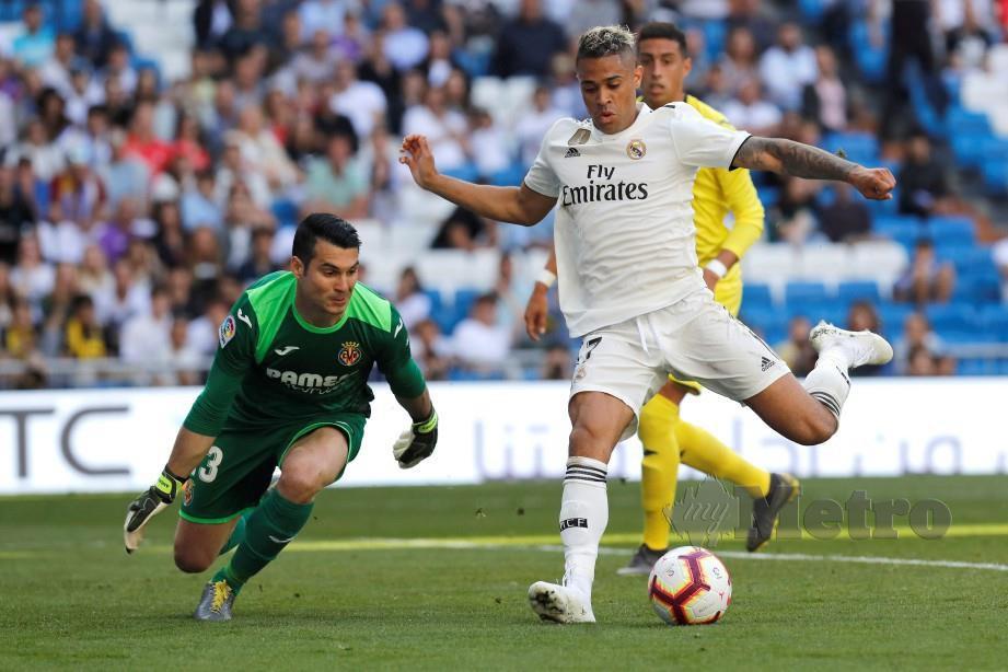 MARIANO (kanan) mengatasi penjaga gol Villarreal, Andres Fernandez di Santiago Bernabeu. — FOTO EPA