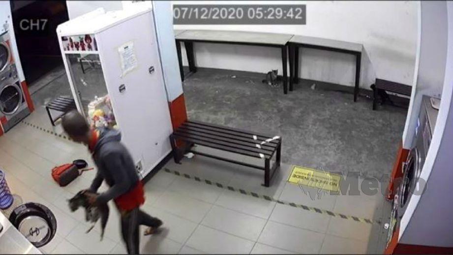RAKAMAN CCTV menunjukkan seorang lelaki memasukkan kucing ke dalam mesin basuh. FOTO ihsan pembaca