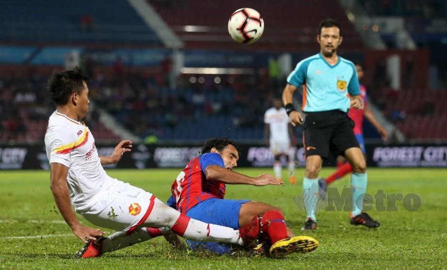 PEMAIN JDT, Diogo (tengah) diasak pemain Selangor, Ashmawi Yakin pada aksli Liga Super di Stadium Tan Sri Hassan Yunos. — FOTO Mohd Azren Jamaludin