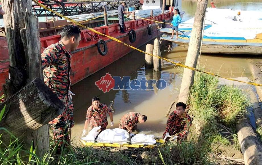 ANGGOTA bomba mengangkat mayat Sujai yang ditemui orang awam di tepi dermaga Sungai Baram, Marudi, hari ini. FOTO ihsan bomba.