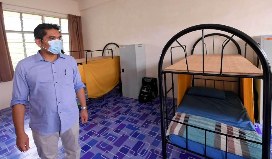 DR Radzi melihat bilik asrama yang perlu disusun atur semula. FOTO BERNAMA