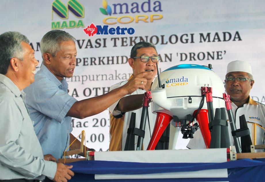 Othman (dua kiri) bersama Ketua Pegawai Eksekutif MADACorp, Shakir Jamil Fisal (tiga kiri) dan Pengurus Besar MADA, Datuk Fouzi Ali (kiri) melihat dron yang digunakan. FOTO  Shahrul Hafiz Zam