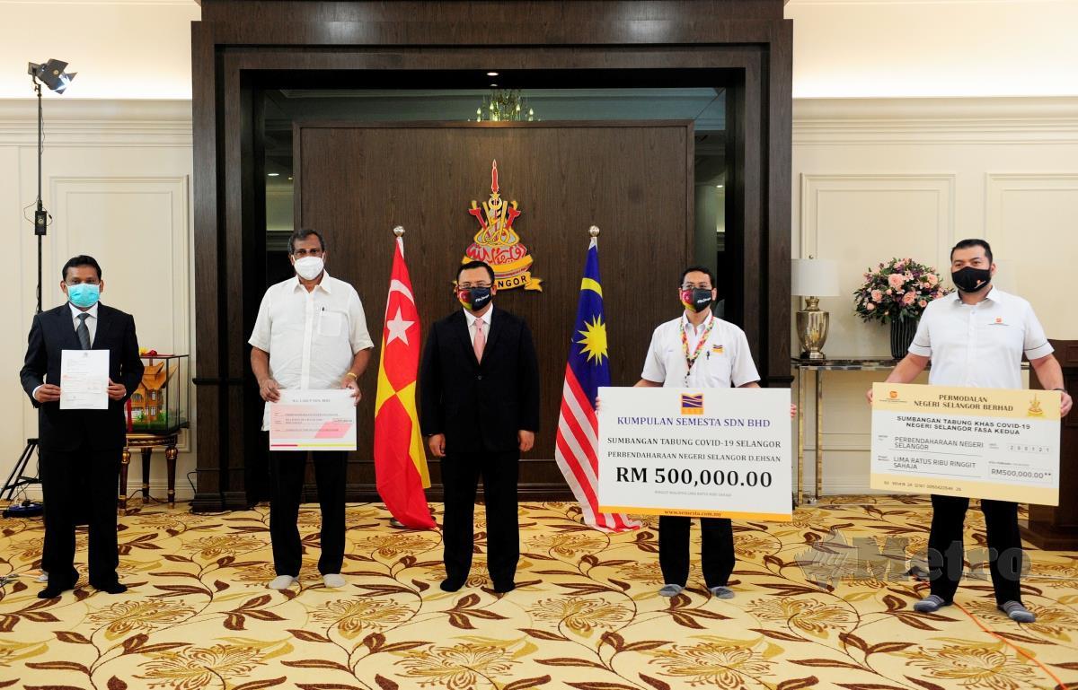 Amirudin Shari (tengah) bersama para pemberi sumbangan tabung khas COVID-19 Negeri Selangor selepas Pengumuman Khas Menteri Besar Selangor sempena Perintah Kawalan Pergerakan 2.0 di Seksyen 7 Shah Alam hari ini. FOTO BERNAMA