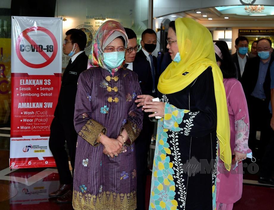 FATIMAH Abdullah (kiri) dan Halimah Mohamed Sadique (kanan) ketika bertemu di Wisma Bapa Malaysia hari ini. FOTO BERNAMA