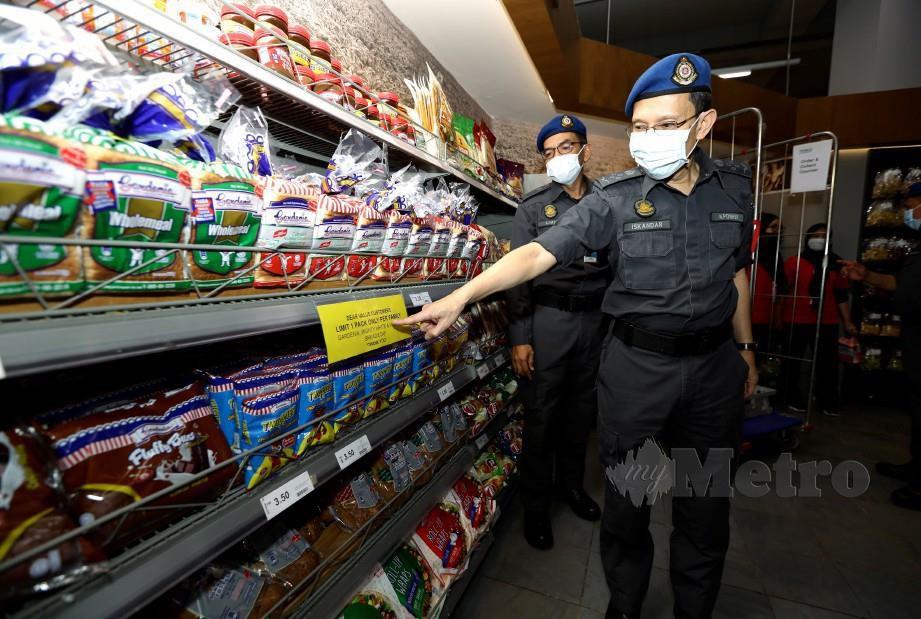 ISKANDAR Halim menunjukkan roti mencukupi ketika Perintah Kawalan Pergerakkan ketika membuat pemantauan ke Pasaraya TESCO @ IOI City Mall di Putrajaya. FOTO MOHD FADLI HAMZAH