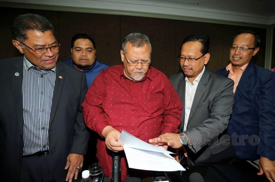 AMINOLHUDA (dua dari kiri) bersama ADUN Johor daripada AMANAHterus setia bersama parti dan PH ketika mengadakan sidang media Parti Amanah Johor di Johor Bahru. FOTO ZAIN AHMED