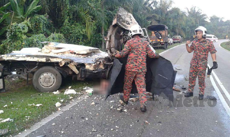 ANGGOTA bomba menjalankan kerja menyelamat di lokasi kemalangan. FOTO ihsan bomba