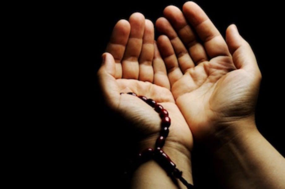 SENJATA ampuh seorang mukmin adalah dengan berdoa.