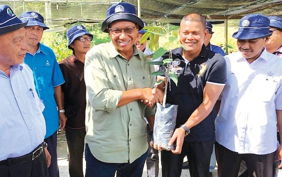 AHMAD Shabery menerima anak pokok Musang King daripada pengusaha nurseri Musang King, Zamri Othman.
