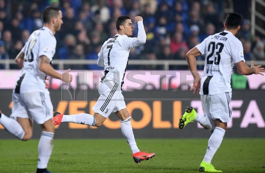 RONALDO (tengah) jaring gol penyamaan buat Juventus. -Foto Reuters