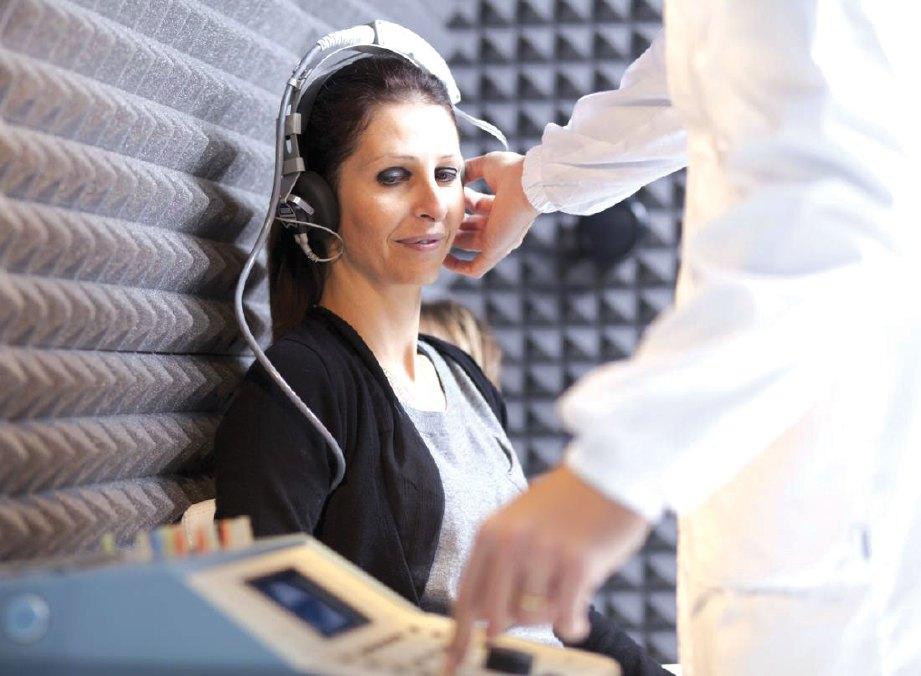 PENGGUNAAN alat bantuan pendengaran penting.