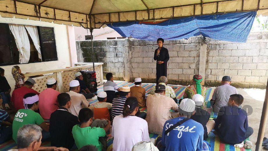 EHSAN menyampaikan khutbah Jumaat kepada komuniti Islam di Pusat Pembelajaran Islam di Daanbantayan. FOTO Ekhwan Haque Fazlul Haque