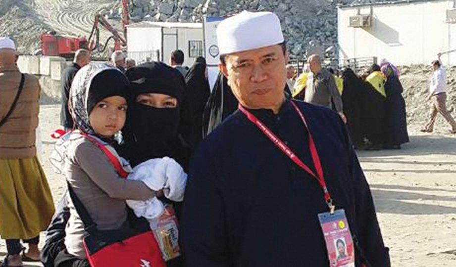 KENANGAN Eisya bersama arwah bapa ketika menunaikan umrah pada 2016.