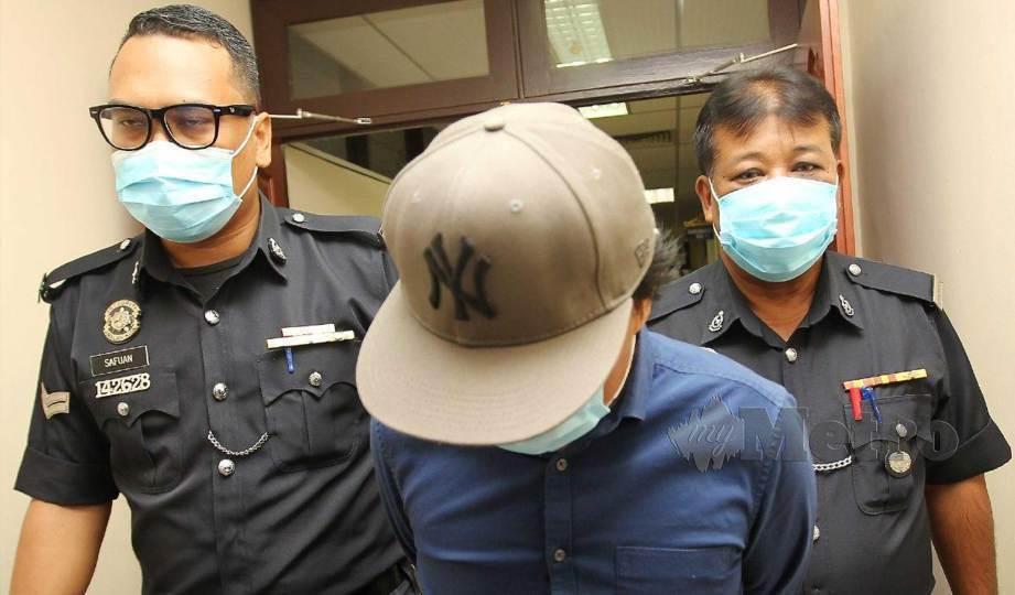 HERMAN (tengah) diiringi anggota polis mengaku tidak bersalah di Mahkamah Sesyen Ipoh atas tiga pertuduhan menerima suapan berjumlah RM149,600, tiga tahun lalu. FOTO Sharul Hafiz Zam