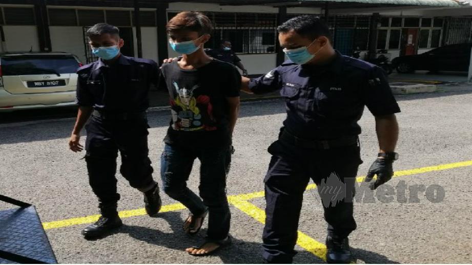 TERTUDUH dibawa ke Mahkamah Majistret Bahau. FOTO Abnor Hamizam.