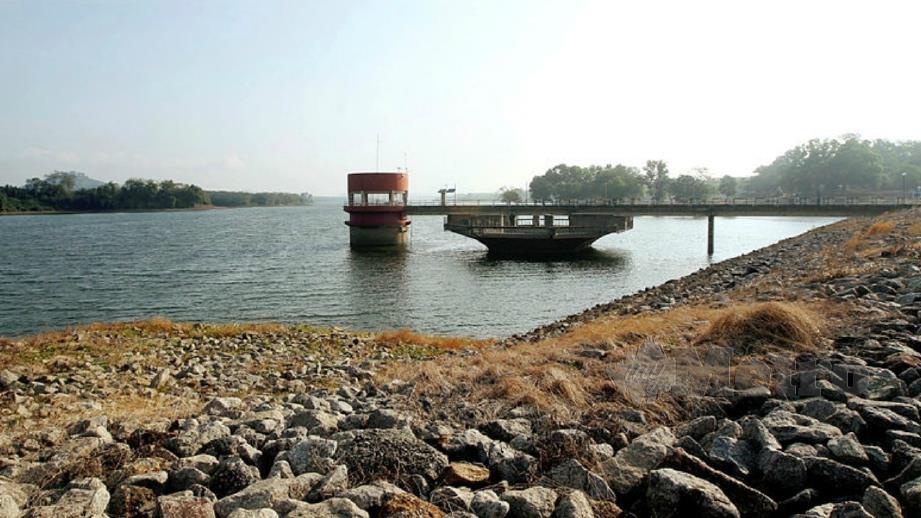 Bekalan air yang dipam di Sungai Muar disalurkan ke Empangan Durian Tunggal. FOTO Khairunisah Lokman