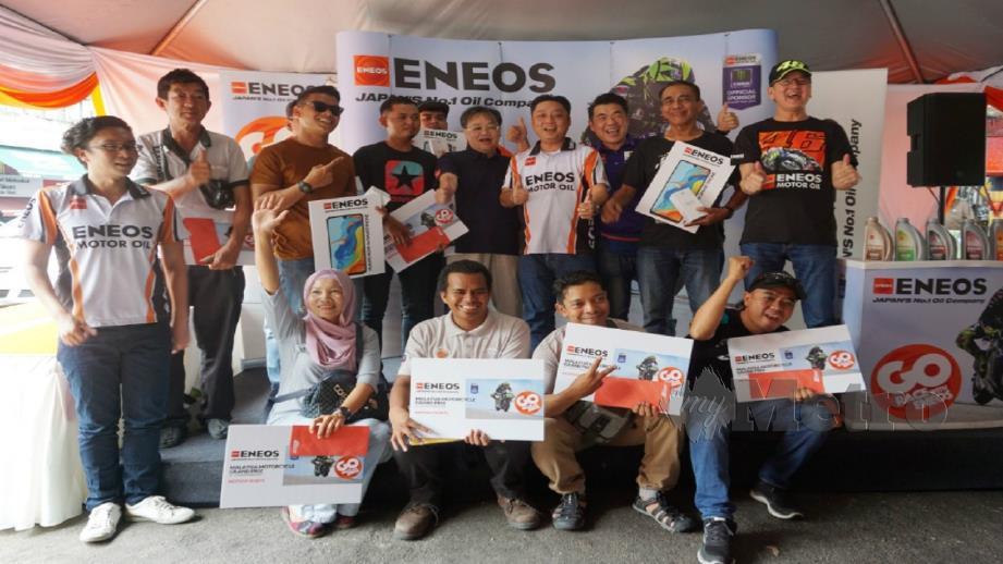 Antara pemenang bersama hadiah yang dimenangi dalam kempen Go Race With Eneos di satu majlis di NKS Jalan Sentul, Kuala Lumpur baru-baru ini.