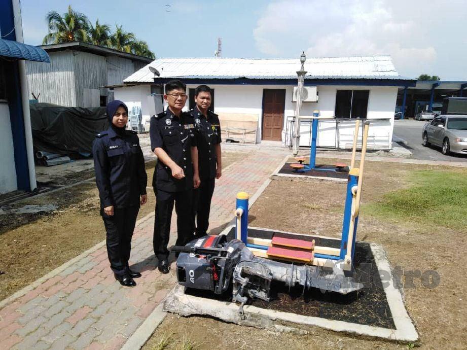 LIM (tengah) menunjukkan enjin bot yang dilaporkan hilang sebelum ini. FOTO Amirul Aiman Hamsuddin