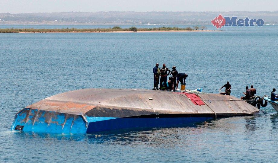 PASUKAN penyelamat meneruskan operasi mencari mangsa feri MV Nyerere yang terbalik di Tasik Victoria, Tanzania. FOTO AFP