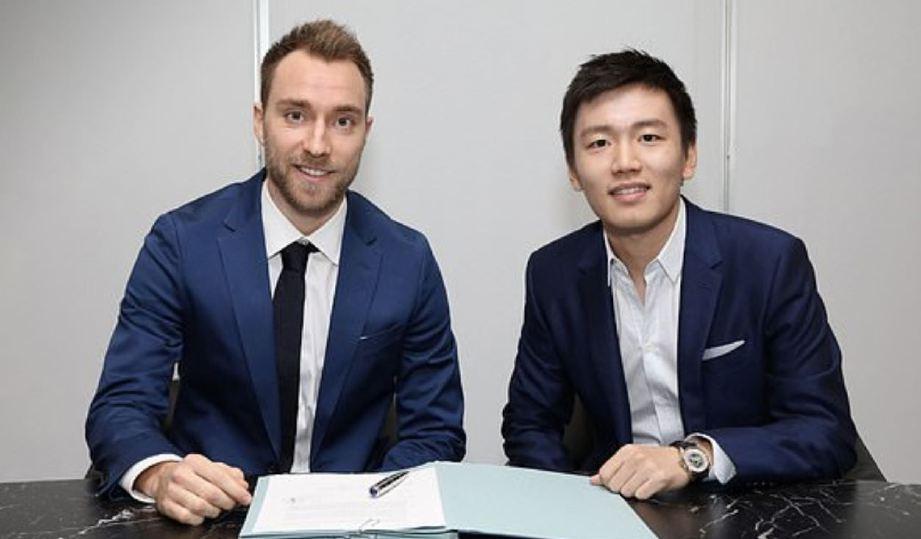 ERIKSEN bersama Pengerusi Inter Milan, Steven Zhang. FOTO Agensi