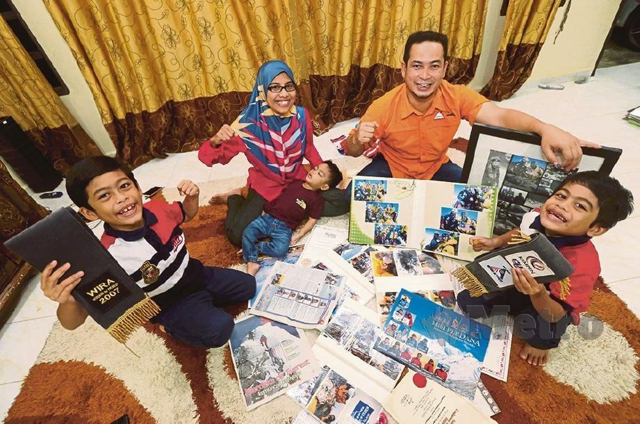 MARINA dan Rafi bersama anak melihat kejayaan mereka sebagai pendaki Everest Malaysia.