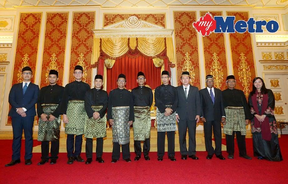 AHMAD Faizal (tengah) bersama barisan ahli Majlis Mesyuarat Kerajaan negeri (EXCO) pada Istiadat Pelantikan dan Angkat Sumpah EXCO Kerajaan Negeri Perak di Istana Iskandariah, Kuala Kangsar. -Foto ABDULLAH YUSOF