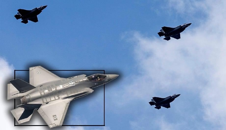 Tiga pesawat F-35 milik Israel yang membuat pertunjukan udara di Tel Aviv sempena Hari Kemerdekaan negara itu yang ke-69, hari ini. - Foto AFP