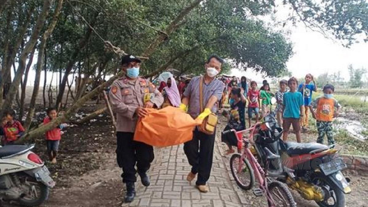 Cebisan kepala manusia dipercayai mangsa nahas pesawat Sriwijaya Air yang ditemui kanak-kanak. FOTO Agensi