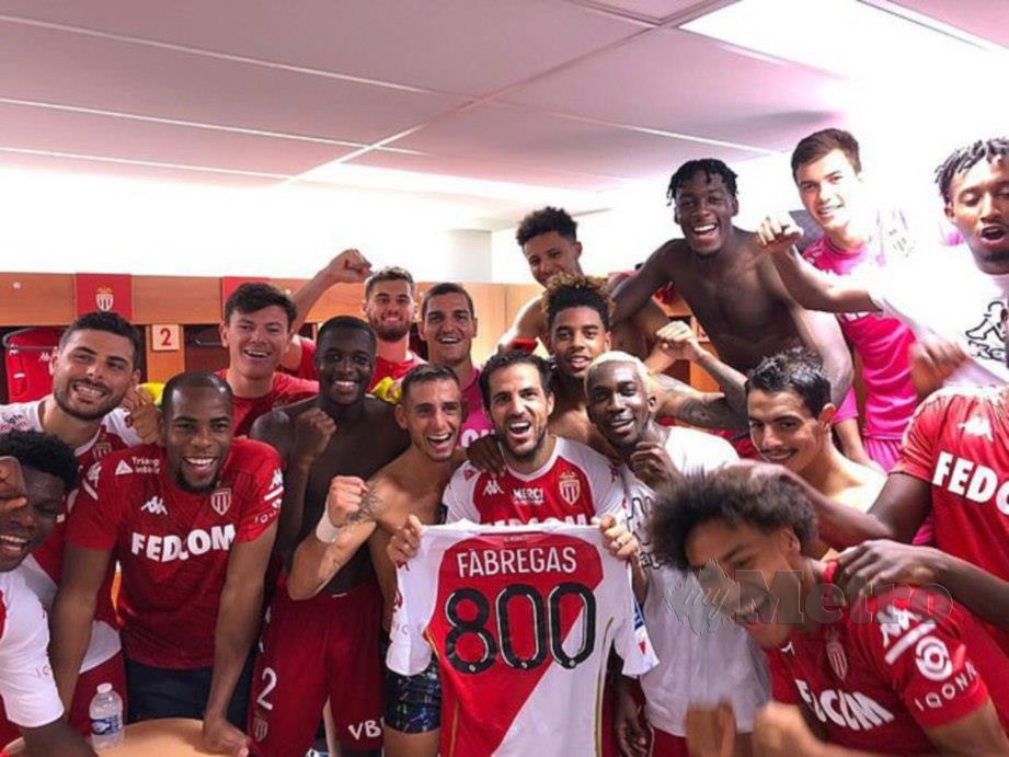 Fabregas (tengah) dan rakan sepasukan menunjukkan jersi tertera nombor 800 simbolik penampilannya sebagai pemain profesional