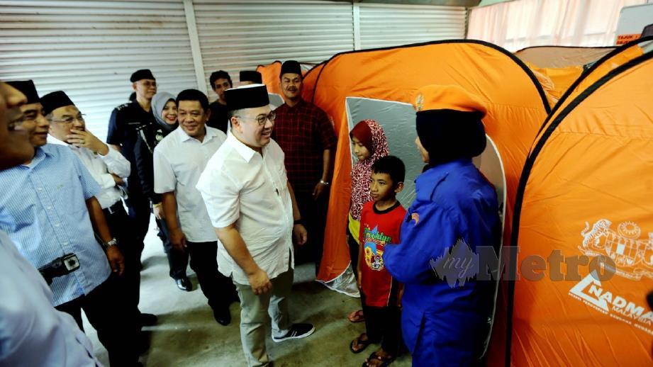 TENGKU Mahkota Kelantan, Dr Tengku Muhammad Fa-iz Petra berkenan melawat mangsa banjir pada Majlis Pengurniaan Bantuan Banjir Jajahan Pasir Mas Tahun 2019 di Sekolah Kebangsaan (SK) Bakong, Pasir Mas, semalam. FOTO Syamsi Suhaimi