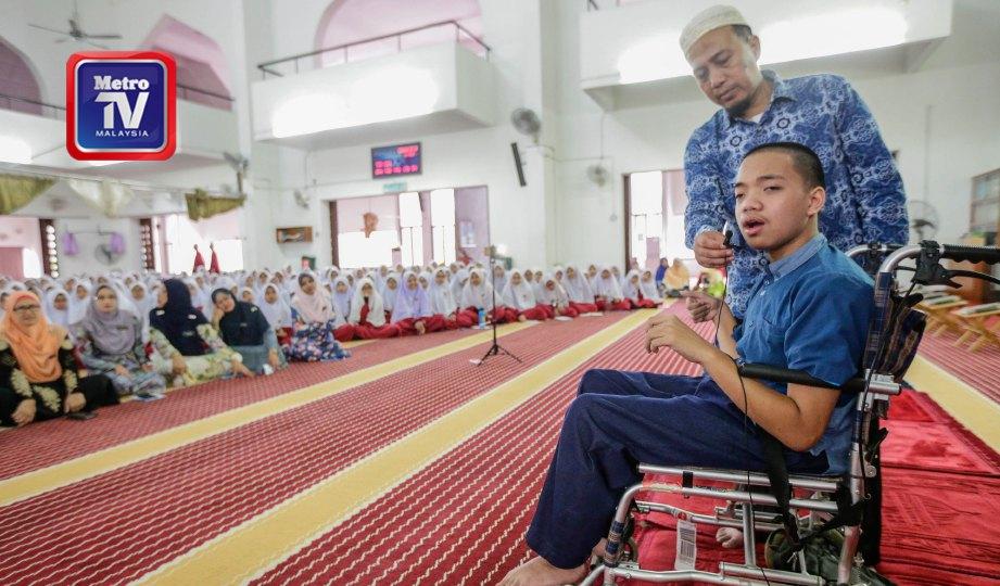 FAJAR yang ditemani bapanya, Joko Wahyudiono  memperdengarkan bacaan al-Quran di Masjid Saidina Uthman, Bandar Tun Razak. FOTO Aizuddin Saad