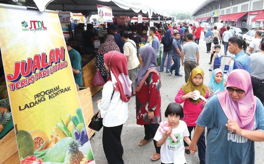 ORANG ramai mengunjungi #FAMAFest.