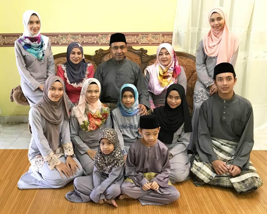NAJWA (kiri) bersama ibu bapa dan adik-beradiknya. FOTO Ihsan Ezumi
