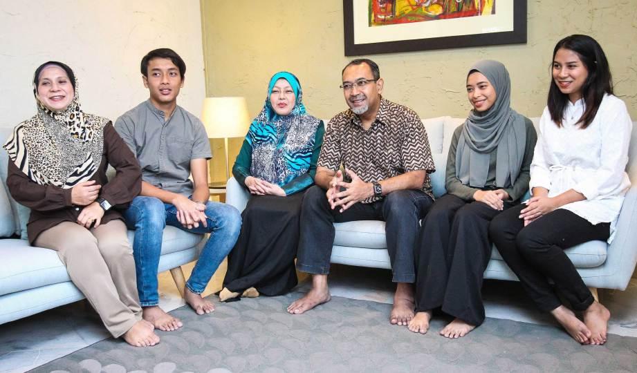 EZUMI (tiga kanan) bersama isteri dan anak. FOTO Asyraf Hamzah