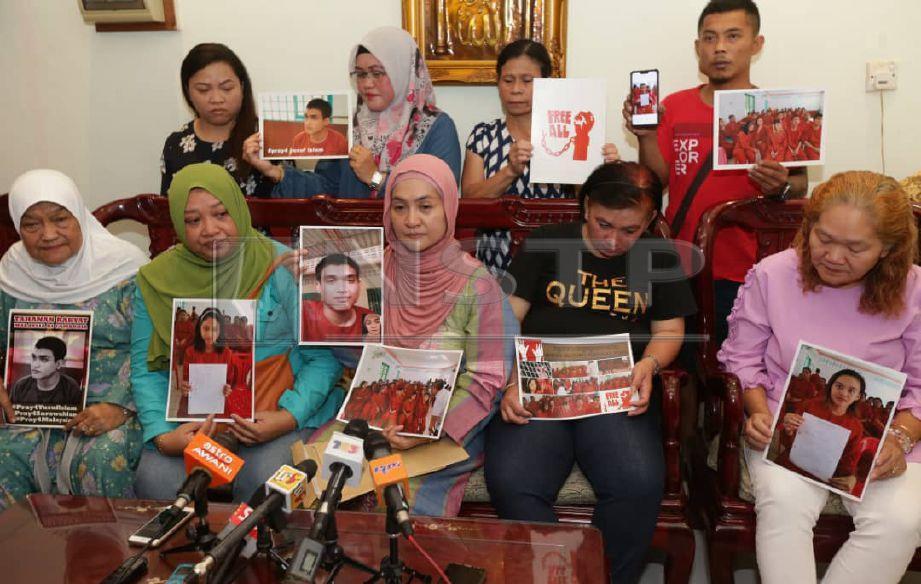 AHLI Keluarga tahanan warga Malaysia di Kemboja ketika ditemui media, di Petra Jaya. -FOTO Nadim Bokhari.