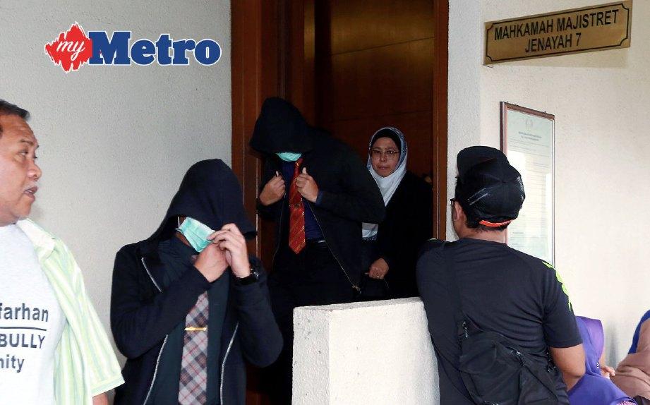 Sebahagian daripada penuntut UPNM yang didakwa mendatangkan kecederaan terhadap Zulfarhan selepas sebutan semula kes di Mahkamah Majistret, Kuala Lumpur, hari ini. FOTO FARIZ ISWADI ISMAIL