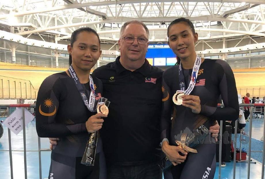 Fatehah (kiri) bersama ketua jurulatih negara, John Beasley dan Anis Amira Rosidi. FOTO fb Malaysia Track Cycling